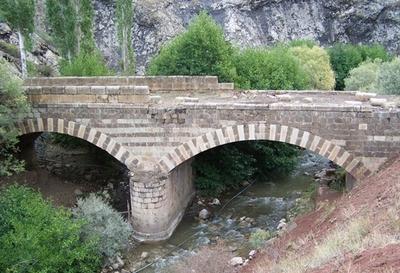 Karahasan Köprüsü'nde Defineci Tahribatı