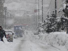 Sivas'ta kar yağışı nedeniyle 121 köy yolu ulaşıma kapandı.
