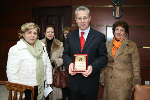 Vali Taşkesen'e Plaket Verildi