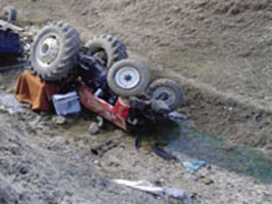 Traktör Dereye Devrildi, 1 Ölü