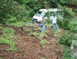 Görele'de heyelan köy yollarını kapattı