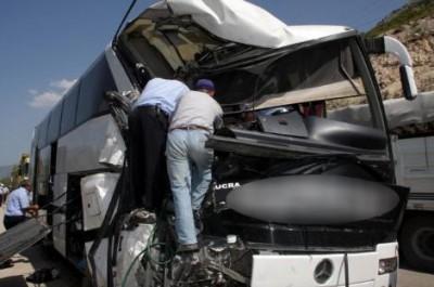 Alucra Otobüsü Kaza Yaptı: 22 Yaralı