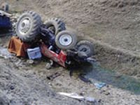 Çamoluk'ta İşçileri Taşıyan Traktör Dereye Uçtu