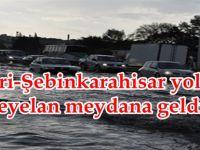 Suşehri-Şebinkarahisar yolunda heyelan meydana geldi.